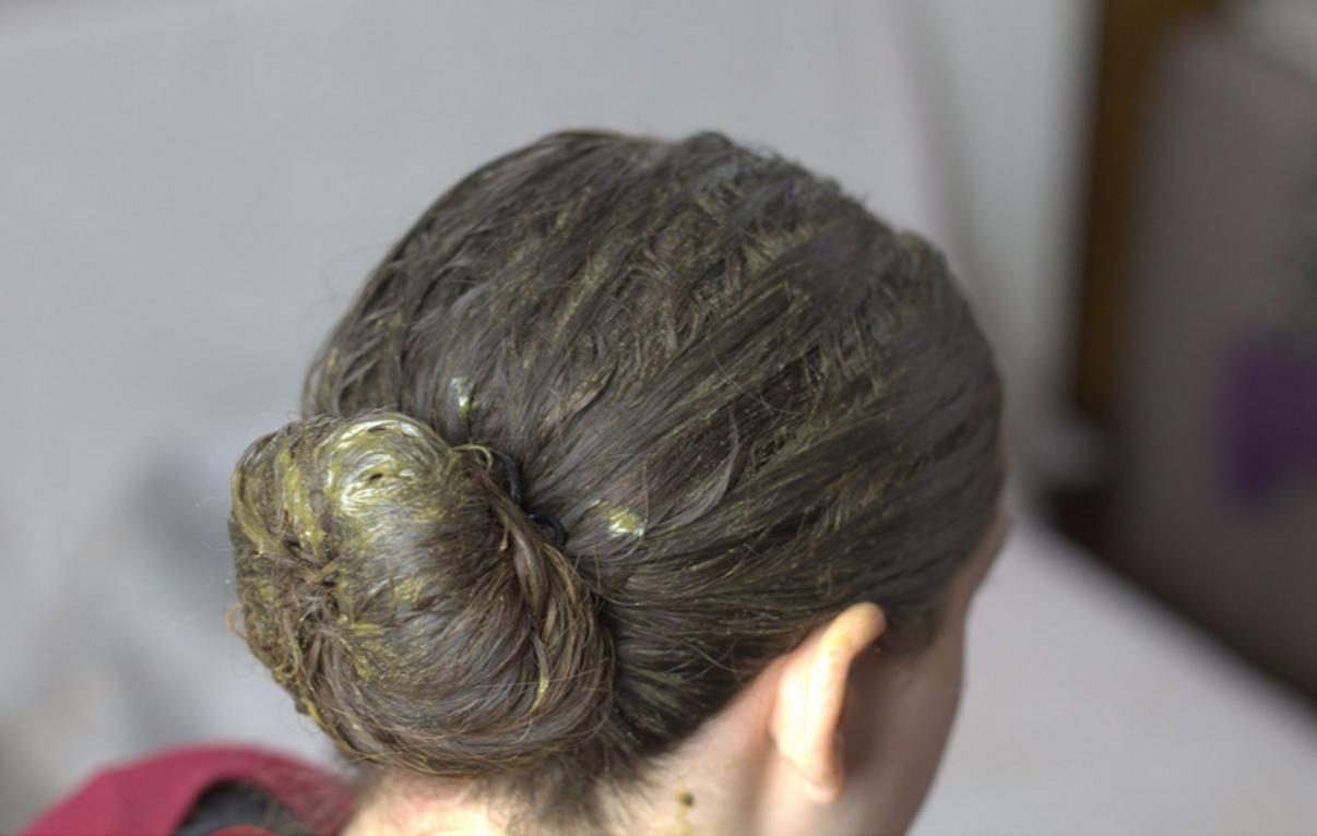 Pose d'un masque pour les cheveux aux poudres de plantes